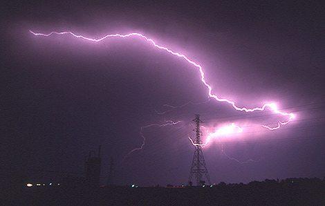 برخورد صاعقه با خطوط انتقال برق
